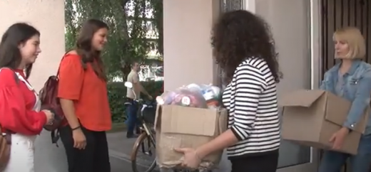 Дівчата з ініціативи «ЕкоЧубака» безкоштовно забирають в ужгородців відсортоване сміття