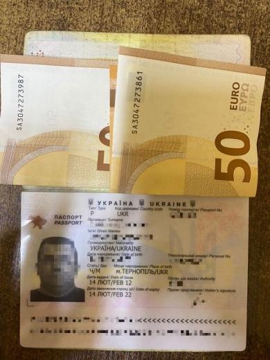 """40-річний громадянин США у ПП """"Лужанка"""" пропонував 100 доларів за дозвіл на в'їзд"""