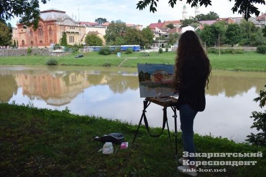 Мальовнича будівля Закарпатської обласної філармонії  – у роботах молодих художників