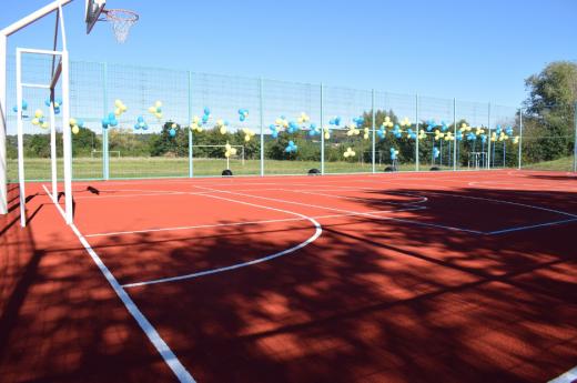 Сучасний спортивний майданчик відкрили в одній зі шкіл Ужгорода
