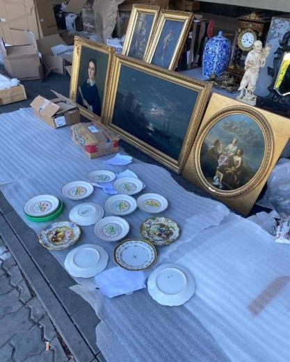 """У ПП """"Тиса"""" в мікроавтобусі знайшли партію старовинних картин, посуду та декору"""