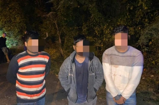 На Закарпатті поліція переслідувала автомобіль з трьома нелегальними мігрантами і їх переправником
