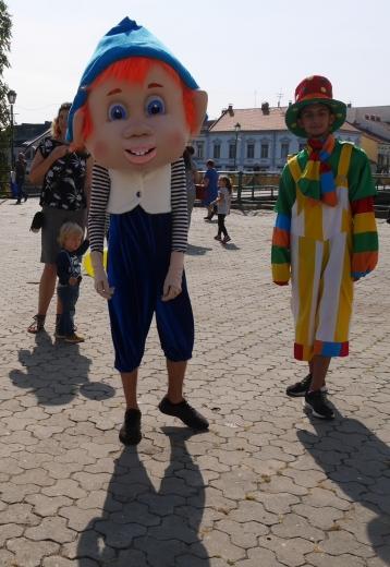 """Актори """"Бавки"""" розважали ужгородців виставою-грою """"По щучому велінню"""" на площі Театральній"""