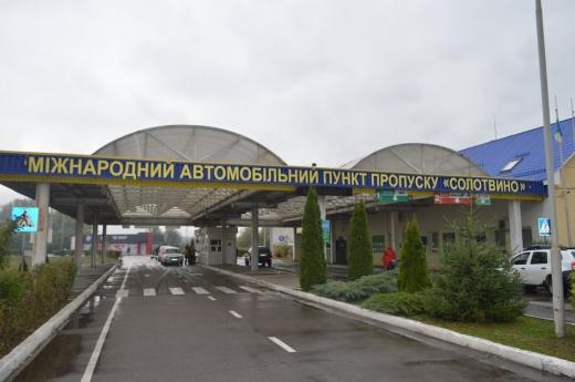 На кордоні з Румунією у 67-річного чоловіка знайшли колекцію марок