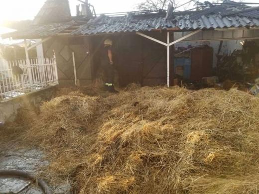 На Виноградівщині гасили пожежу в надвірній споруді