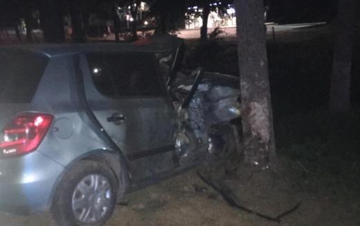 В Ужгороді автівка врізалась у дерево: в машині було троє дівчат, одна з них загинула