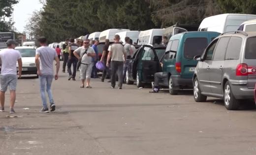 Через обмеження для українців на кордоні з Угорщиною застрягло більше чотирьох сотень автівок