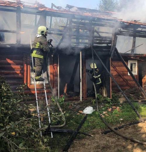 На Закарпатті поблизу житлового будинку спалахнула пожежа