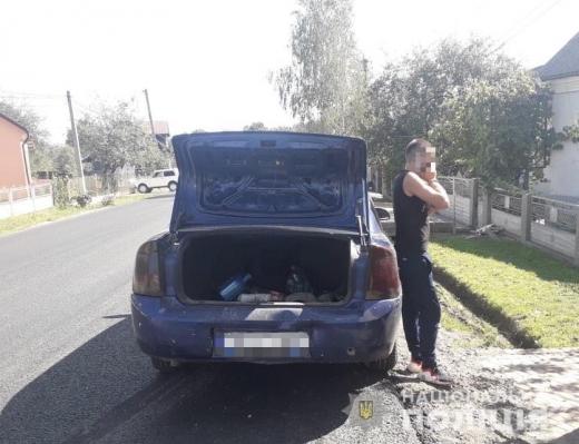 Поліціянти вилучили з автівки закарпатця наркотичні речовини