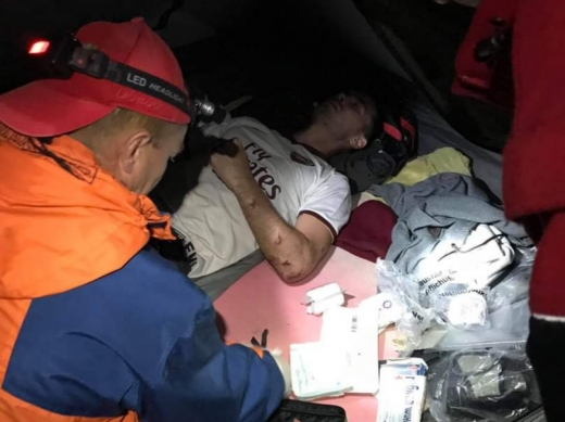 Турист зірвався в ущелину у горах на Закарпатті: чоловіку надали допомогу місцеві рятувальники