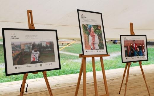 «Такі, як є: стоп булінг!»: в Ужгороді у сквері Святої Тетяни відкрили виставку