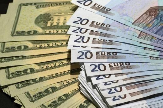 Долар перед вихідними знову підскочив, а євро впав в ціні