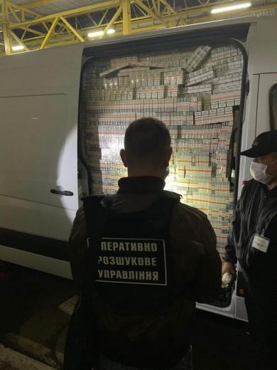 """У ПП """"Тиса"""" зупинили мікроавтобус з підробленими дипломатичними номерами повний безакцизних сигарет (ФОТО)"""