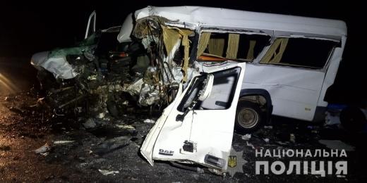 На Хустщині зіткнулись мікроавтобус та вантажівка: двоє чоловіків загинуло і двоє травмованих