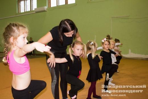 """""""Золото"""" всеукраїнських змагань: як тренуються юні гімнастки в Ужгороді"""