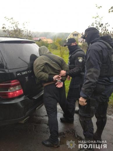На Ужгородщині поліція затримала озброєних чоловіків, які пограбували будинок (ФОТО, ВІДЕО)
