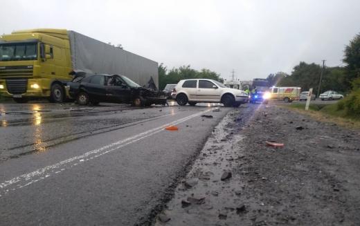 На в'їзді в Мукачево зіткнулися три автівки: через ДТП одна людина в реанімації