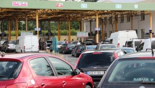 На кордоні з Угорщиною черга з автівок: дехто стоїть вже декілька діб