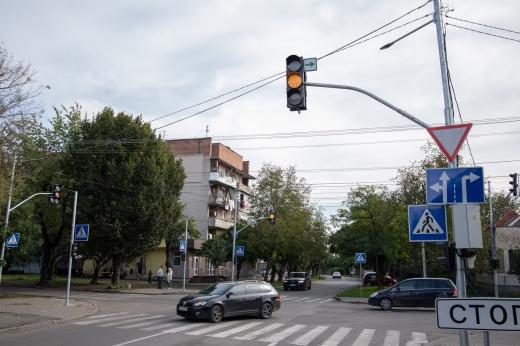 На одному з перехресть Ужгорода встановили новий світлофор