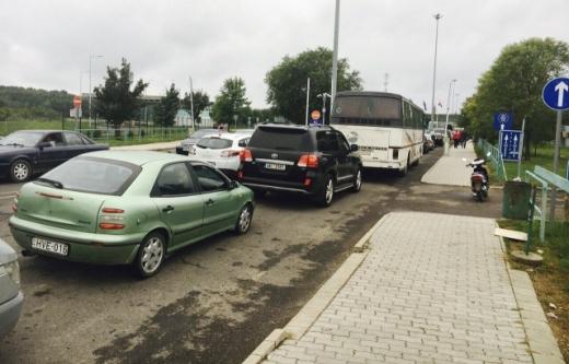 Черга із 330 автомобілів стоїть на кордоні з Угорщиною