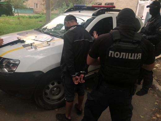 """Взяли """"на гарячому"""": в Ужгороді затримали 21-річного наркоторговця"""