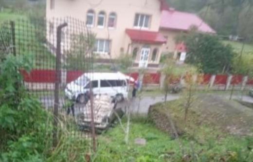 Аварія на Закарпатті: машина з'їхала з дороги  та перекинулася