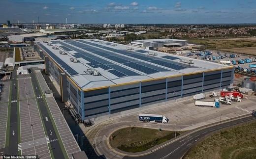 Amazon встановила на даху величезного складу 11 500 сонячних панелей