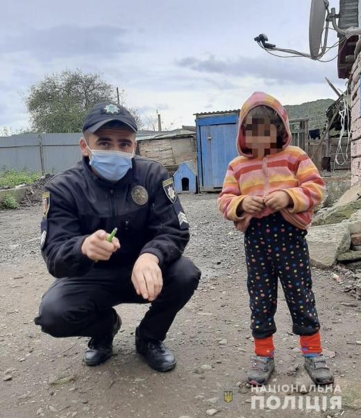На Закарпатті 4-річна дівчинка гуляла сама біля проїжджої частини дороги