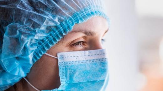 Уряд вирішив підняти зарплати медкам, які працюють з COVID-19