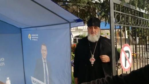 В Ужгороді священник  УПЦ МП агітував за ОПЗЖ перед храмом: відео