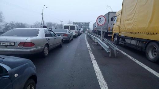 На кордоні з Угорщиною знову величезні черги