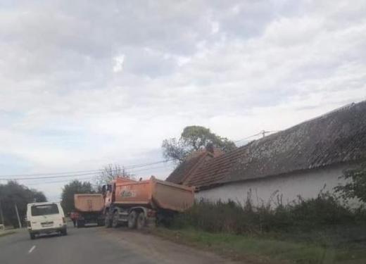На Закарпатті вантажівка опинилася у кюветі: причина невідома