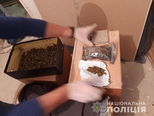 На Закарпатті у наркозбувача виявили кілограм наркотиків