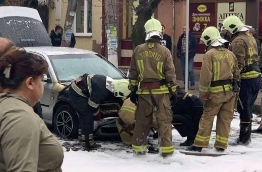У районному центрі Закарпаття просто посеред вулиці загорілася машина