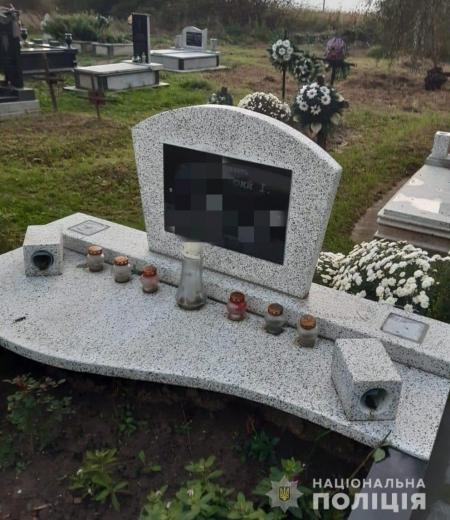 На Мукачівщині поліція затримала трох малолітніх дітей, які пошкодили надгробки на цвинтарі (ФОТО)
