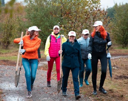 """""""Озеленення України"""": в Ужгороді сьогодні висадили півтори тисячі дерев"""