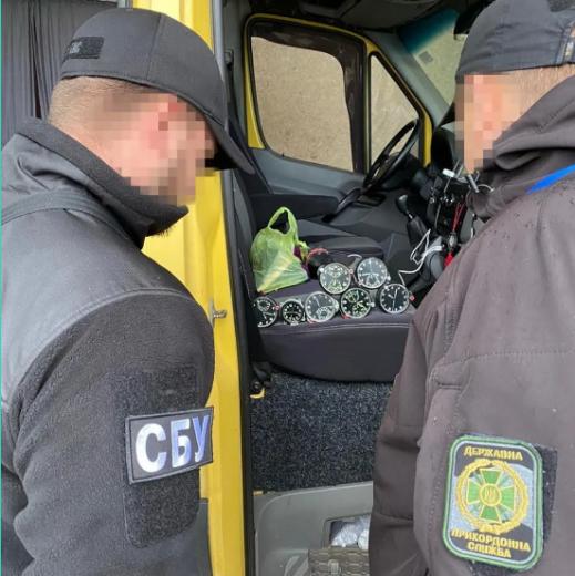 Годинники, що використовуються в авіації, намагалися незаконно перевезти через закарпатський кордон
