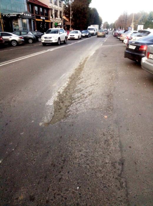 В Ужгороді склали протокол за адмінправопорушення на водія, який розлив бетон на проїжджій частині