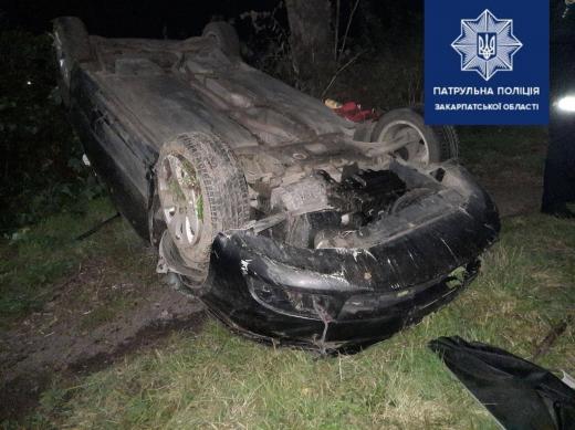 На Мукачівщині через перевищення швидкості авто злетіло в кювет і перекинулось: є травмовані (ФОТО)