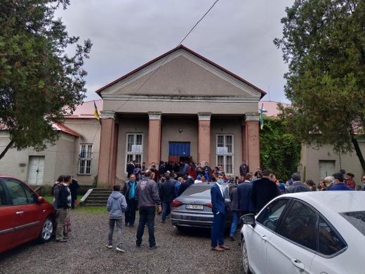 Підвезли виборців: спостерігач ОПОРИ зафіксував імовірне порушення на дільницях Підвиноградова