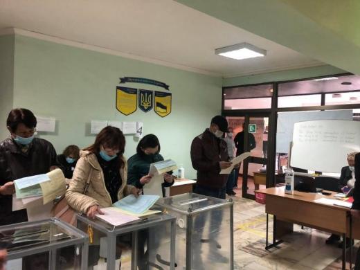 Біля однієї з дільниць Ужгорода утворилася черга (ФОТОФАКТ)