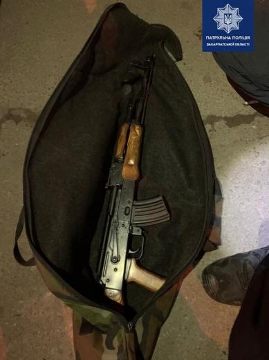 На одній з вулиць Ужгорода поліція затримала двох чоловіків з автоматом