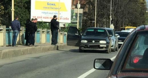Не розминулися: в Ужгороді на мості трапилася ДТП