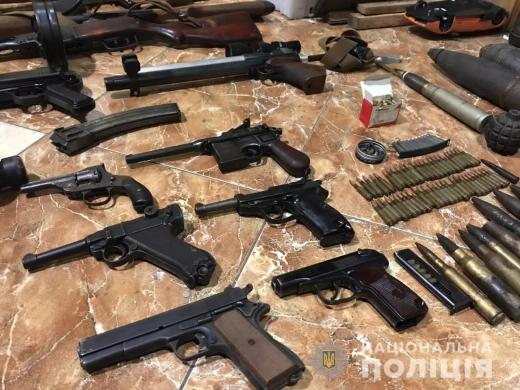 В Ужгороді 53-річний чоловік у своєму помешканні тримав заручницю та зберігав цілий арсенал зброї (ФОТО)