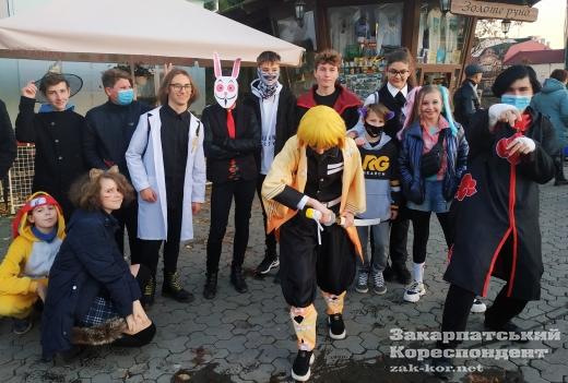 Геловінські перебиранці на вулицях Ужгорода (Фотофакт)