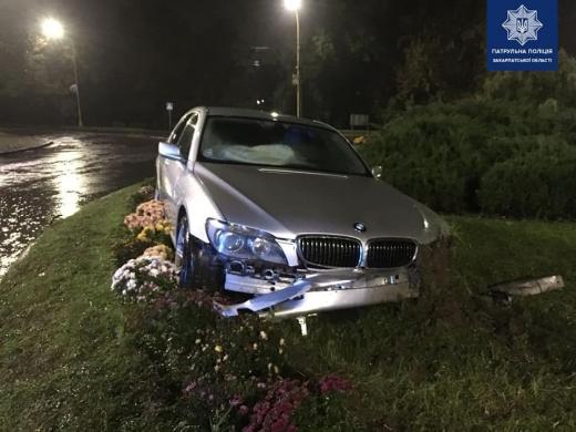 В Ужгороді п'яний водій виїхав на квітник і втік з місця ДТП