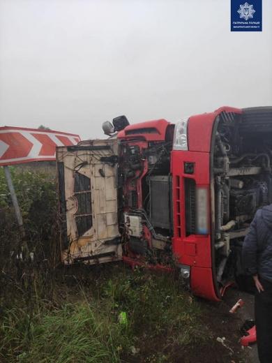 Не вибрав безпечної дистанції: у Мукачеві перекинулась автівка