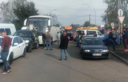"""До уваги подорожніх: на КПП """"Лужанка"""" - накопичення транспортних засобів"""