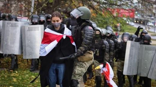 У Мінську знову акція протесту, силовики стріляють і масово затримують людей
