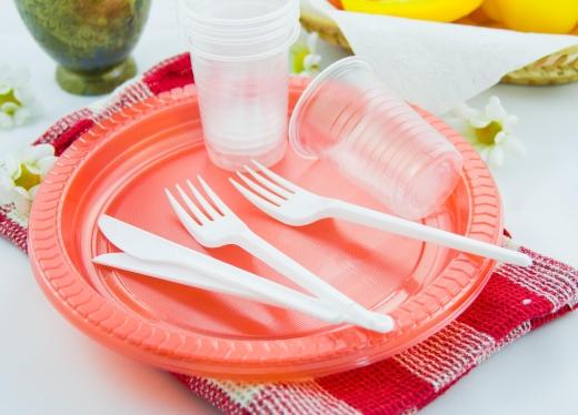 У 2021 році Німеччина заборонить продаж одноразового пластикового посуду
